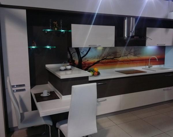 кухня с обеденной зоной в квартире-студии
