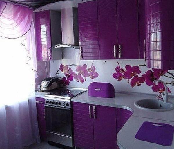 маленькая кухня фиолетового цвета