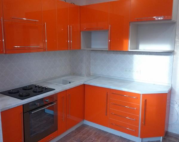маленькая кухня оранжевого цвета