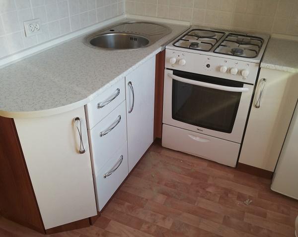 планировка малогабаритной кухни с холодильником и плитой
