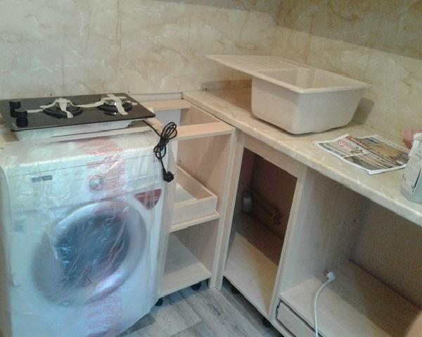 планировка малогабаритной кухни со стиральной машиной, холодильником и плитой