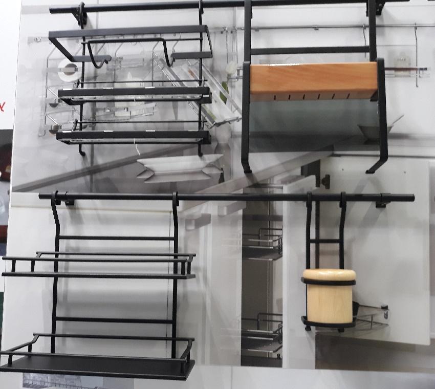 кухонный рейлинг и навески для хранения специй
