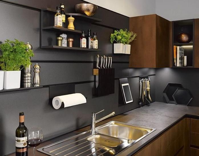 дизайн кухни с рейлингом вместо верхних шкафов