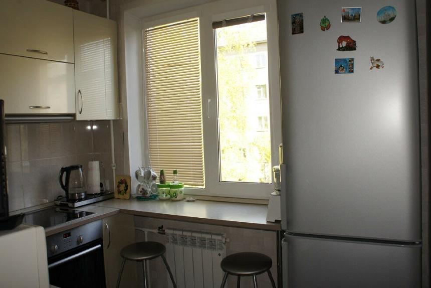 холодильник у окна в кухне хрущевке